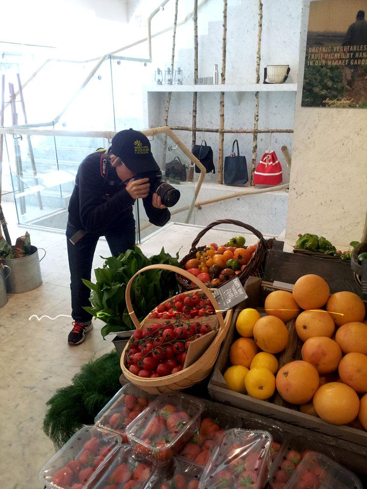 Daylesford. Estaba todo como un decorado...qué delicia. Quería comprarme todo y comérmelo todo. Todo ecológico con su propia granja y colaboradores por medio mundo que le envían sus productos. Daylesford Pimlico. 44B Pimlico Road, London SW1W 8LP http://daylesford.com/